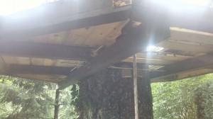 Particolare della piattaforma finita, in cui si notano le travi di sostegno, le aste filettate in acciaio e la pedana ottagonale